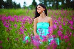 Женщина на поле цветка Стоковая Фотография RF