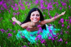 Женщина на поле цветка Стоковое фото RF
