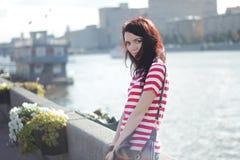 Женщина на предпосылке лета реки солнечного Стоковые Изображения RF