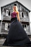 Женщина на предпосылке покинутого дома Стоковое фото RF