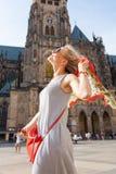 Женщина на предпосылке собора St Vitus, Прага путешественника, чехия Стоковая Фотография