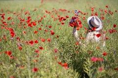 Женщина на прогулке платья в поле мака Стоковое Изображение RF