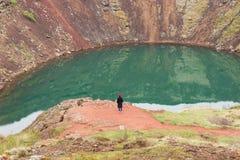 Женщина на пропасти кратера вулкана Стоковое Фото