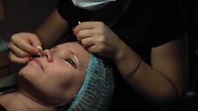 Женщина на процедуре для завивать и подъема плетки кератина стоковая фотография