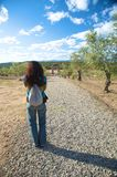 Женщина на путе камушка Стоковые Фотографии RF