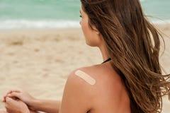 Женщина на пляже с a на повязке Стоковое Фото