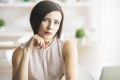 Женщина на рабочем месте Стоковое Фото