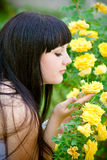 Женщина на розах Стоковые Изображения RF