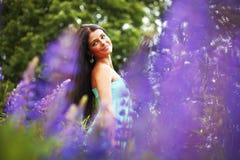 Женщина на розовом поле цветка Стоковое Изображение