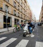 Женщина на самокате на парижской улице стоковая фотография rf
