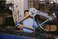 Женщина на сборочном конвейере изготавливания стоковые изображения rf