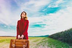 Женщина на сельской местности с чемоданом стоковые фото