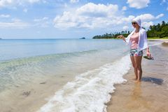 Женщина на сиротливом пляже Стоковое фото RF