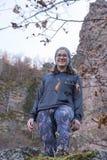 Женщина на скале стоковая фотография rf