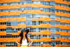 Женщина на современной предпосылке фасада Стоковое Фото