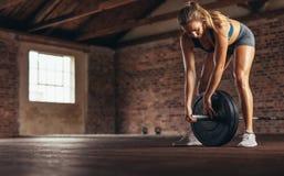 Женщина на спортзале с тяжеловесной штангой стоковые изображения rf