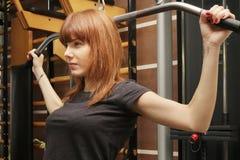 Женщина на спортзале делая фитнес Стоковые Фото