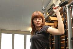 Женщина на спортзале делая фитнес Стоковое Изображение RF