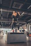 Женщина на спортзале Стоковые Изображения