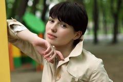 Женщина на спортивной площадке в парке Стоковое Изображение