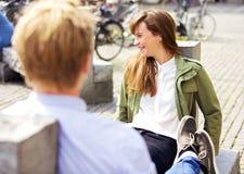 Женщина на стенде парка вместе с парнем Стоковые Фотографии RF