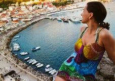 Женщина на стене над заливом стоковая фотография rf