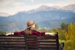 Женщина на стенде на парке стоковые фото