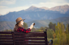 Женщина на стенде с книгой стоковые фотографии rf