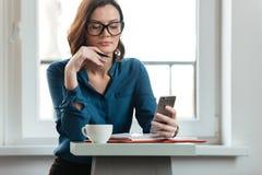 Женщина на таблице кафа Стоковые Фото