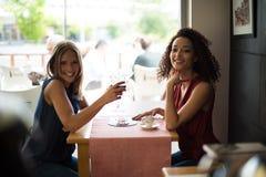 Женщина на таблице магазина coffe Стоковое Фото