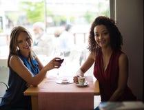 Женщина на таблице магазина coffe Стоковая Фотография RF