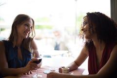 Женщина на таблице магазина coffe Стоковое Изображение