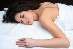 Женщина на таблице массажа стоковая фотография rf