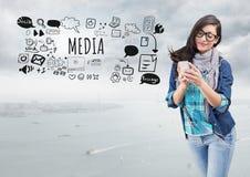 Женщина на телефоне и средства массовой информации отправляют СМС с графиками чертежей иллюстрация штока