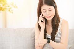 Женщина на телефоне и smartwatch Стоковое фото RF