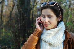 Женщина на телефоне стоковые изображения rf
