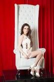 Женщина на троне, фотомодели, красоте, красной Стоковые Фото
