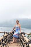 Женщина на тропической балийской предпосылке ландшафта, к северу от острова Бали, Индонезия Стоковое Изображение RF