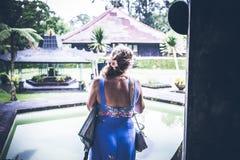 Женщина на тропической балийской предпосылке ландшафта, к северу от острова Бали, Индонезия Стоковые Фото