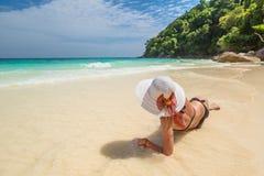Женщина на тропическом белом пляже Стоковые Изображения