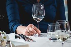 Женщина на дуэте еды и вина идя попробовать белое вино Стоковая Фотография