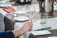 Женщина на дуэте еды и вина идя попробовать белое вино Стоковое фото RF