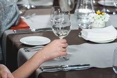 Женщина на дуэте еды и вина идя попробовать белое вино Стоковые Фото