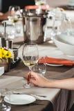 Женщина на дуэте еды и вина идя попробовать белое вино Стоковые Изображения