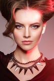 Женщина на хеллоуине ведьма Девушка с злим пристальным взглядом на красном свете стоковая фотография rf