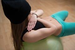 Женщина на шарике фитнеса работая Abs стоковая фотография rf