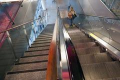 Женщина на эскалаторе на авиапорте Хельсинки ванта Стоковое фото RF