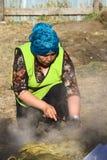 Женщина на al Hoyo Curanto на Muestras Gastronomicas 2016 в Achao, Чили Стоковые Изображения RF