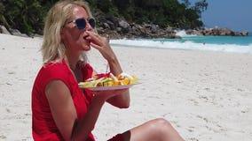 Женщина на Anse Georgette сток-видео