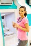 Женщина на ATM стоковая фотография